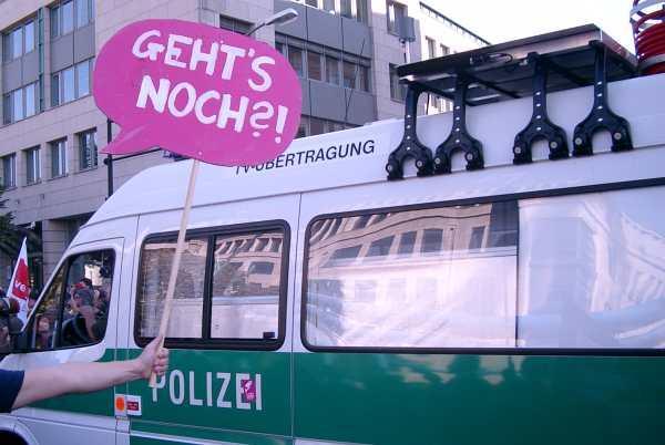 Deeskalation: TV-Übertragungswagen der Polizei inmitten der Demo
